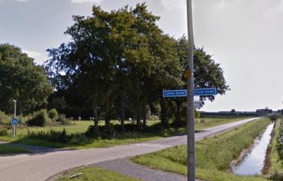 Ter hoogte van de Lutten Oeverweg gaan de buurtschappen Groot Oever en Lutten Oever in elkaar over. Ter plekke is dat goed te zien, omdat de gelijknamige straatnambordjes aan één paal zijn bevestigd. (© Google)
