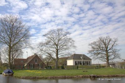Vanaf het Jaagpad in Harmelen zien we in buurtschap Haanwijk de boerderijen Zuidborgh en Noordborgh staan