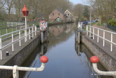 De rijksmonumentale Haanwijkersluis in de Oude Rijn bij buurtschap Haanwijk