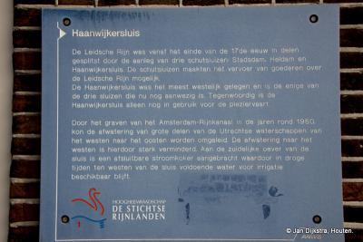 Tekst en uitleg bij de Haanwijkersluis in de Oude Rijn bij buurtschap Haanwijk. Het is heel leuk om daar een poosje te zijn; er is veel te zien.