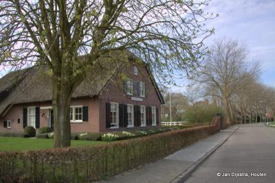 Als eerste zien we, als we buurtschap Haanwijk binnenkomen vanaf Harmelen, de Anna Petronella Hoeve. In het hoofdstuk Bezienswaardigheden kun je meer lezen over deze hoeve.