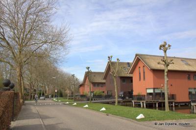 De Anna Petronella Hoeve, in buurtschap Haanwijk, heeft nieuwe overburen gekregen: de mooie waterwoningen in de Oude Rijn