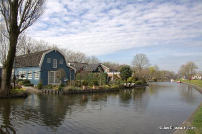 Een prachtig uitzicht op buurtschap Haanwijk, vanaf de blauwe Hofbrug over de Oude Rijn