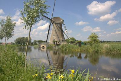 Vanuit Haastrecht richting Vlist zie je in de verte Boezemmolen nr. 6 al opdoemen. Deze molen is als enige van een reeks van zeven molens overgebleven en kan hier nog als laatste getuigen van de eeuwenlange polderbemalingshistorie.