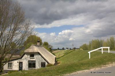 Op de Hoek van de Lekdijk en de Hoevenweg in Hagestein zien we dit aardige boerderijtje.