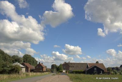 De Hoevenweg in Hagestein richting het dorp.