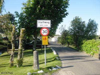Kort na de plaatsing vond gemeente Lisse kennelijk dat de buurtschap Halfweg, hoewel toch redelijk groot en dichtbebouwd, toch maar geen bebouwde kom moest zijn. Daarom staan er tegenwoordig - in ieder geval vanaf 2010, wellicht al eerder - witte borden.