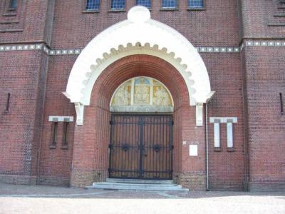 Halsteren, H. Quirinuskerk, hoofdingang