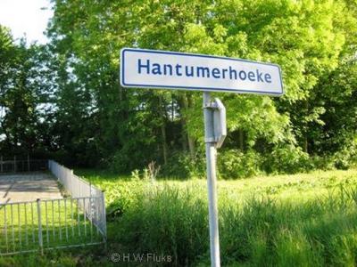 Oneenduidig aan de plaatsnaamborden Hantumerhoeke is dat het niet de correcte Friese spelling is én dat het alleen maar de Friese spelling is. Bij de dorpsplaatsnaamborden in Dongeradeel staat de NL spelling bovenaan en de FR spelling eronder.
