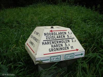 Op een ANWB-paddenstoel in de omgeving staat wél de correcte huidige spelling Harenermolen.