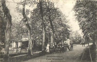Harenermolen was rond 1900 al een geliefd ontspanningsoord voor Groningers. Vandaar dat het veel horeca had, waaronder café Witteveen