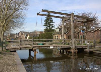 Van de Rijnlaan naar het  Jaagpad kom je over een rustiek bruggetje