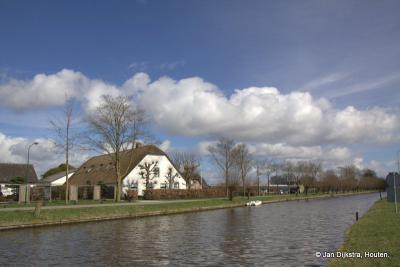 Vanaf de overzijde van de Leidse Rijn, op de Utrechtsestraatweg, kijken we nog even naar buurtschap Harmelerwaard