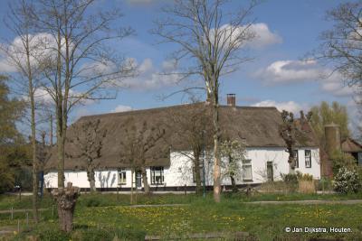 De eerste boerderij die je ziet als je vanuit Harmelen naar Harmelerwaard gaat, is boerderij De Koepel uit de 17e-18e eeuw. We zien het fraaie gebouw op deze foto vanaf de Dorpsstraat in Harmelen, over de Leidse Rijn.