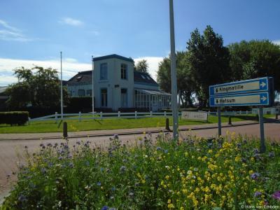 Het markante voormalige stationskoffiehuis uit 1873 (Hatzum 13) bij het spoor is sinds ca. 1990 herbestemd tot restaurant, sinds 2018 Lokaal Op Hatsum geheten.