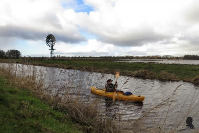 Vroege kanoër (feb. 2016) en Amerikaanse windmotor in de Jan Durkspolder, N van de Oudegase buurtschap Headammen (© www.afanja.nl)