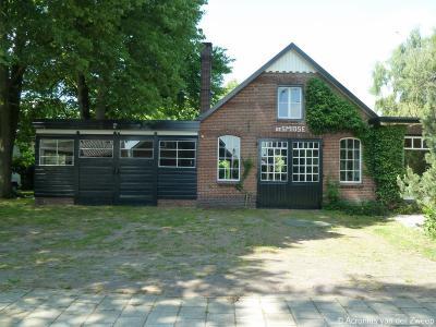 Het dorp Heelweg heeft 5 gemeentelijke monumenten, waaronder deze voormalige smederij, tegenwoordig woonhuis De Smidse op Hoge Weg 45 in Heelweg-West.