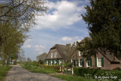 Heemstede, mooi gelegen boerderijen aan de Heemsteedseweg; hier, in dit gedeelte van het dorpsgebied van Houten, is het zo geheel anders dan in het dorp Houten zelf, met nog zeer landelijke rust.