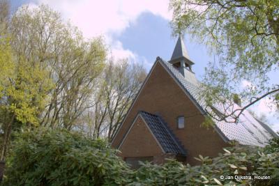 Het voormalige kerkje (nu woning en makelaarskantoor) van buurtschap Hees, anno voorjaar 2017 rondom ingepakt in het groen. Lees het mooie verhaal over de 'dominee' en het kerkje van Hees onder het kopje Bezienswaardigheden.