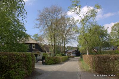 Het in de loop der jaren flink gegroeide en verstedelijkte dorp Soest heeft in het buitengebied nog enkele zeer landelijke weggetjes met dito bebouwing, waaronder hier in buurtschap Hees.