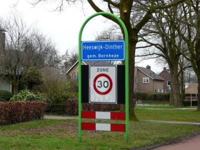 Tot voor kort hadden Heeswijk en Dinther nog eigen officiële blauwe plaatsnaamborden (komborden). In 2017, of wellicht al eerder, zijn deze vervangen door komborden genaamd Heeswijk-Dinther. (© H.W. Fluks)