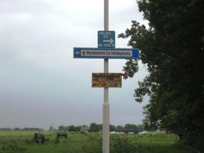 De buurtschap Heide bij Sint Nicolaasga heeft geen plaatsnaambordjes, zodat je slechts aan de gelijknamige straatnaambordjes en richtingbordjes kunt herkennen dat je in de buurtschap bent aangekomen.