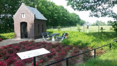Kapelletje en veldkruis leveren samen met de grenspaal van Ut Plaggeriék, een picknickbankje en een informatiepaneel een fraai ingericht nieuw brinkje op in het restant van de danig geamputeerde buurtschap Heierhoeve die moedig standhoudt.