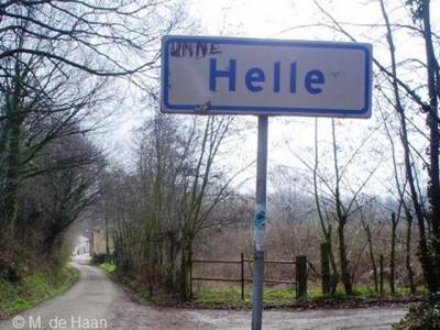 Buurtschap Helle heeft in ieder geval 1 plaatsnaambord gehad, zijnde deze, aan de NW kant van de buurtschap, aan de Nelisweg. Kennelijk is het bord ontvreemd. Getuige deze foto uit 2005 stond het er in dat jaar in ieder geval nog.