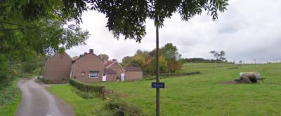 Aan de NO kant van de buurtschap, aan de weg Helle, staat een straatnaambordje, maar omdat dat haaks op de weg staat, zou je dat als de facto plaatsnaambordje kunnen zien. Maar waarom bij alle andere Nuthse buurtschappen wel plaatsnaamborden en hier niet?