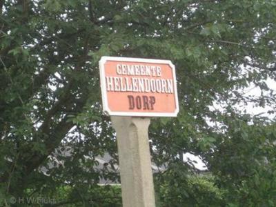 De gemeente Hellendoorn heeft maar liefst 56 betonnen grenspalen op de grens met de omliggende gemeenten. Het zijn allemaal gemeentelijke monumenten. Dit is er een van (met 'Dorp' wordt in dit geval overigens het dorp Hellendoorn bedoeld).
