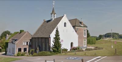 De voormalige Hervormde kerk uit 1823 en idem pastorie uit 1870 vormen een bijzonder fraaie 'Siamese tweeling' aan de Waalbandijk in Hellouw. Het complex is tegenwoordig een woning en praktijk voor o.a. coaching en healing. (© Google)