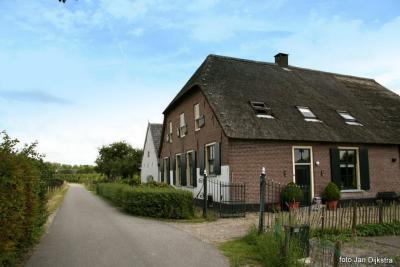 Een van de vele monumentale boerderijen in buurtschap Helsdingen is deze boerderij op Helsdingse Voorweg 20