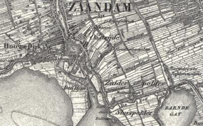 Kaart van kort voor 1876: een schiereiland steekt vanaf West-Zaandam in het IJ, grenzend aan de Voorzaan in het O. Op het schiereiland ligt buurtschap Den Hem.
