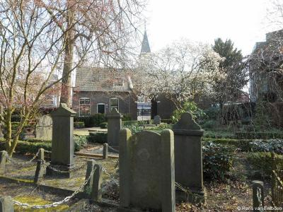 Hengelo, de Oude Algemene Begraafplaats (Bornestraat 27) is een rijksmonument. Al sinds de 14e eeuw stond hier een klein kerkgebouw. Frederik van Twickelo liet dat herbouwen. Als de kapel in 1545 klaar is, sterft Frederik en wordt hij begraven in de kapel