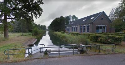 De voormalige lagere school van buurtschap Hengforden, fraai gelegen aan de Zandwetering, is herbestemd tot woonhuis (© Google StreetView))