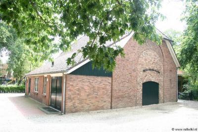 Herike-Elsen, het Hervormde kerkje van buurtschapsdeel Elsen in dit pand uit 1835, tot ca. 1870 dienst doend als school. Erna is er een nieuw schoolgebouw gekomen en is in het oude pand de kerk gekomen, waardoor de inwoners niet meer naar Rijssen hoefden.