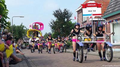 De buurtschap Herike-Elsen doet altijd mee aan de jaarlijkse optocht van het Dorpsfeest Markelo (eind augustus). In 2015 wonnen ze daarmee de 1e prijs van de publieksjury en de 2e prijs van de vakjury.