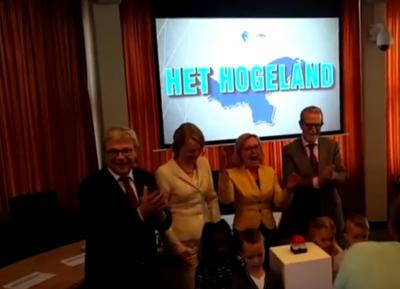 Op 28 maart 2017 is de naam van de nieuwe gemeente die in 2019 is ontstaan uit samenvoeging van de gemeenten Bedum, De Marne, Winsum en Eemsmond feestelijk onthuld door de 4 burgemeesters en 4 kinderen: Het Hogeland. (© www.youtube.com/user/HogelandFilms)