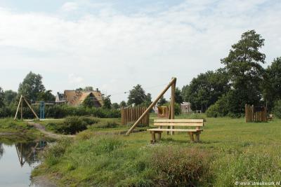 In samenwerking met de gemeente Heerenveen en met sponsoring door diverse instanties, hebben vrijwilligers in 2015 een fraaie natuurspeeltuin in Het Meer gerealiseerd. De tuin wordt volop gebruikt en is dus een groot succes.