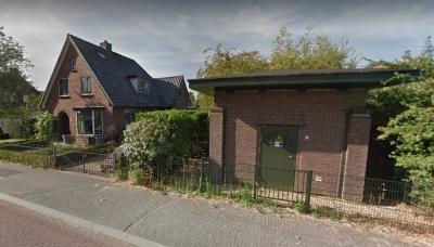 Dit PGEM-transformatorhuisje uit ca. 1930 op Onze Lievevrouwestraat 2 in Heteren staat anno maart 2021 op de nominatie om te worden gesloopt. Buurman Erik Helfferich is daar 'not amused' over en ijvert voor behoud. Wij duimen met hem mee. (© Google Maps)