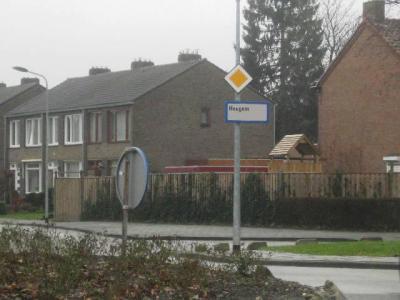 Heugem is vanouds een dorp in de gemeente Gronsveld. In 1920 is het dorp met nog een aantal andere omliggende dorpen geannexeerd door de gemeente Maastricht. Formeel is het een wijk van Maastricht, maar het heeft nog altijd dorpse kenmerken. (©H.W. Fluks)