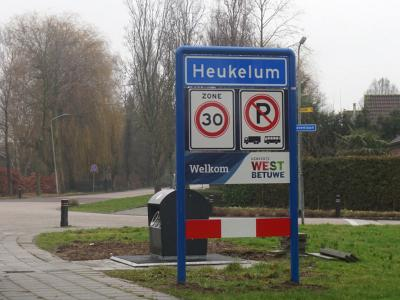 Heukelum is een dorp in de provincie Gelderland, in de streek Betuwe, gemeente West Betuwe. Het was een zelfstandige gemeente t/m 1985. In 1986 over naar gemeente Lingewaal, in 2019 over naar gemeente West Betuwe. (© H.W. Fluks)