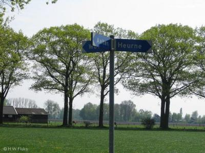 Soms staat er in de omgeving van een buurtschap een richtingbordje dat je wijst waar je heen moet. Dat is handig! Maar dan staat er geen plaatsnaambordje om aan te geven wanneer je er aangekomen bent. Zoals bij Heurne. Dat is dan weer minder handig...