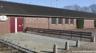 Dit is het clubgebouw van de handboogvereniging van Heusden. Je raadt vast nóóit waar de afkorting op de gevel voor staat (= de verenigingsnaam). Maar je mag spieken onder het kopje Links...