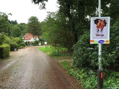 Tijdens de Airborne Wandeltocht 2015 heeft ook een reeks informatieve panelen in Heveadorp gehangen die iets vertellen in woord en beeld over de bijzondere geschiedenis van dit bijzondere dorp. Hier bijv. reclame voor de Hevea rubberlaarzen.