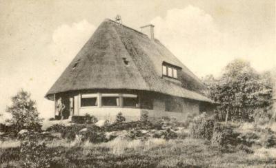 Deze villa, van textielbaron Jannink op de Braamberg te Hezingen, is gebouwd in 1922 en in 1946 door blikseminslag afgebrand (© https://twitter.com/vassevrogger)