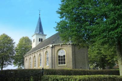 De blikvanger van het dorpje Hidaard is de fraaie Thomaskerk uit 1873. De kerk is nog altijd in functie. Drie keer per maand worden er nog diensten gehouden. (© Jan Dijkstra, Houten)