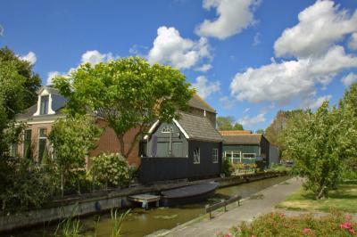Hilaard, het pand op Hoptilsterdyk 2 ligt aan de Hilaarder Feart (© Jan Dijkstra, Houten)
