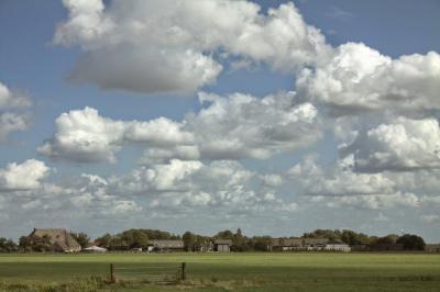 Het dorp Hilaard is goed bedeeld met groen, zoals van een afstandje mooi is te zien. (© Jan Dijkstra, Houten)