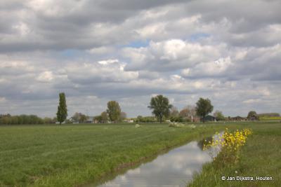 De polders Groote Hagen en Overhoeven zullen verdwijnen voor Hoef en Haag. Daarmee verdwijnt een prachtig weidevogelgebied en de vraag is nog waar dit zal worden gecompenseerd. De foto is genomen op 29 april 2017, straks nog slechts een herinnering...